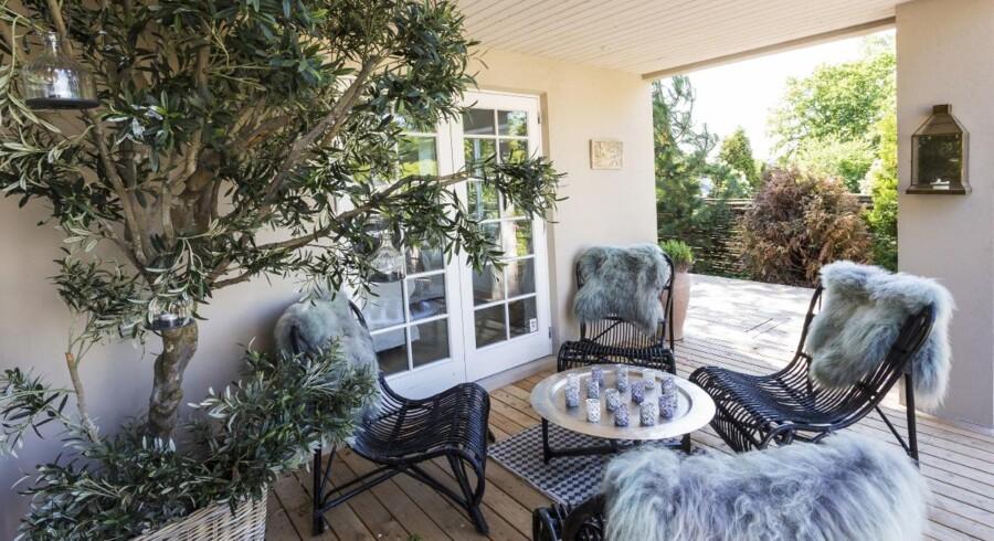 I hjørnet under den overdækkede terrasse har Lene Lykke Jespersen placeret en lille gruppe af loungemøbler, hvor lune sensommeraftener kan nydes langt hen på sæsonen.