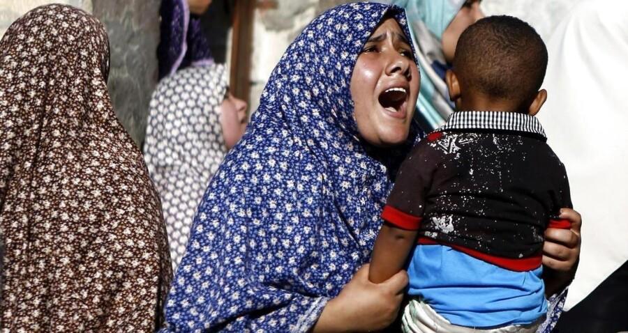 De pårørende til fire drenge sørgede i går i forbindelse med begravelsen i Gaza By. De fire børn blev dræbt og adskillige andre såret på en strand i Gaza By i forbindelse med et israelsk angreb, beretter journalister fra AFP.