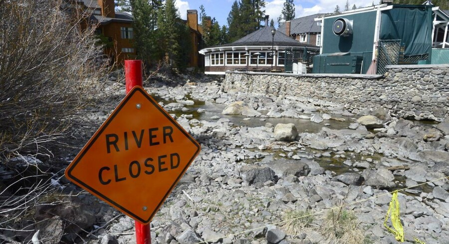 »Floden er lukket« står der på skiltet på Truckee River i Sierra Nevada-bjergene. Floden får normalt vand fra Lake Tahoe, men her er vandtanden faldet.