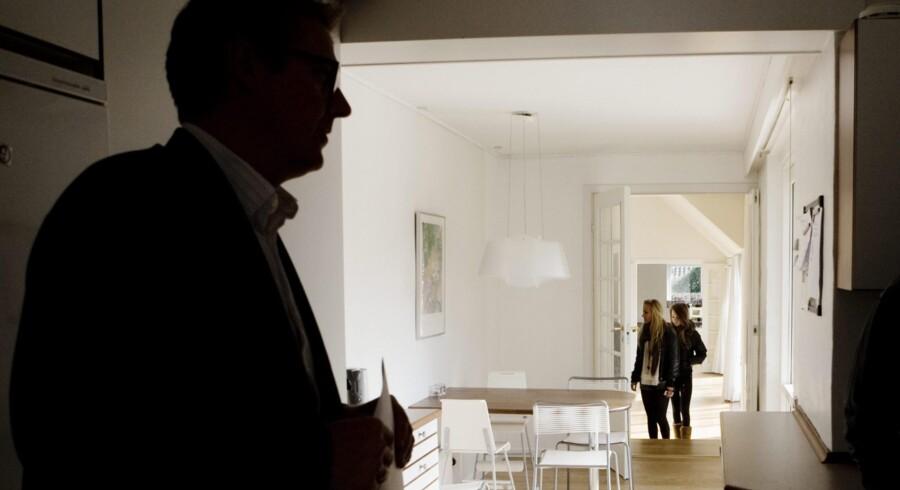 Potentielle boligkøbere ser på de samlede omkostninger ved at købe en bestemt bolig, og de vil derfor typisk presse sælgeren på prisen, hvis ejendomsskatterne er høje på grund af en urealistisk høj offentlig viurdering, understreger lektor i boligøkonomi ved Syddansk Universitet, Morten Skak.