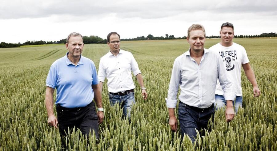 Pensionsselskabet AP Pension investerer 300-600 mio. kr. i landbrugsjord og er potentielt klar til at investere et milliardbeløb. Det er første gang et pensionsselskab går i den retning investeringsmæssigt - samtidig hjælper det de økonomisk trængte landmænd. Her er det (fra venstre) Torben Andersen, direktør og partner i HTC Agro, Søren Dal Thomsen, adm. direktør i AP Pension, Peter Olsson, ejendomsinvesteringschef i AP Pension og Landmand Christian Meinertsen