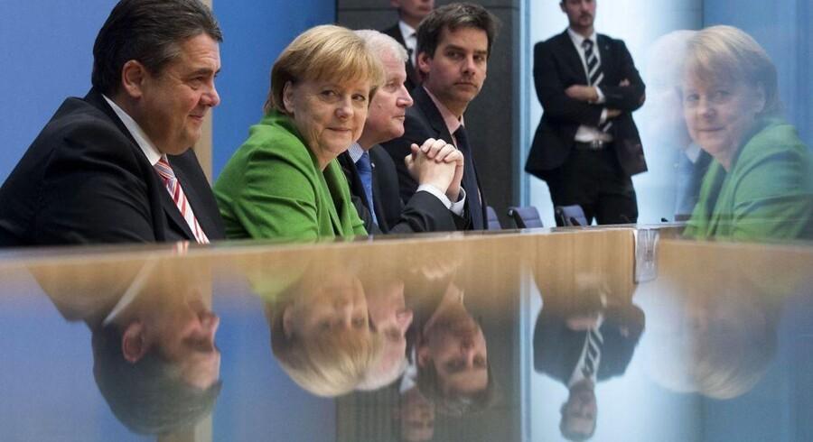 Den tyske kansler, Angela Merkel (CDU) (i midten), og formændene for henholdsvis SPD og CSU, Sigmar Gabriel (t.v.) og Horst Seehofer, holder pressemøde i Berlin.