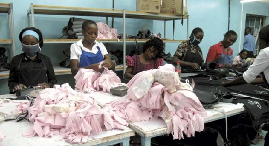 En delegation tog i oktober fra Danmark til Kenya for at undersøge mulighederne for dansk tekstilproduktion i stor skala syd for Sahara. Med lønninger til fabriksarbejdere på cirka 800 kr. om måneden er det attraktivt for danske virksomheder at lægge produktionen der.