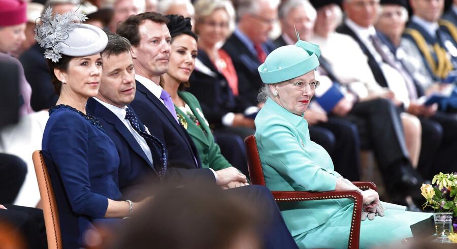 Dronning Margrethe med kronprinsparret og Prins Joachim og Prinsesse Marie bag sig.