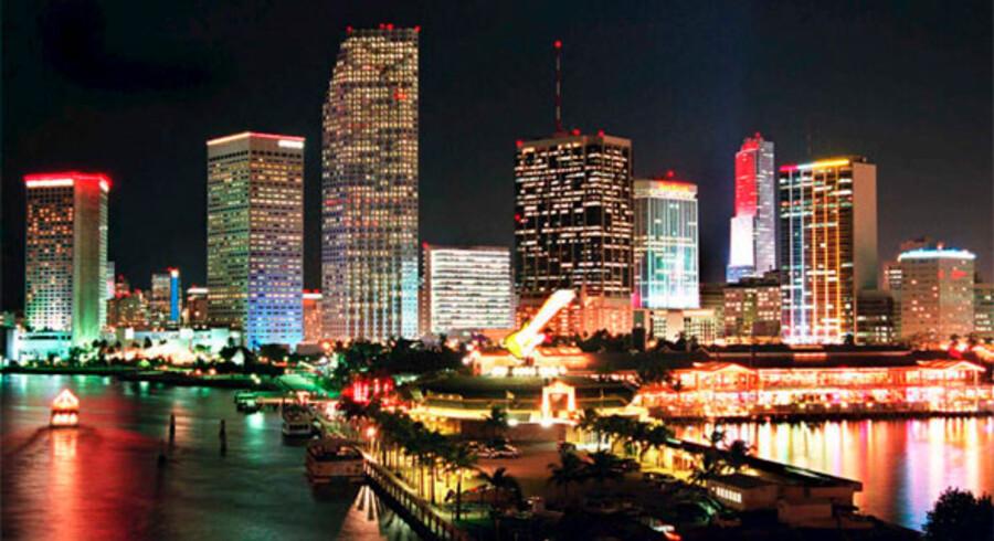 Her ses Miamis farvestrålende skyline en sen aftentime.