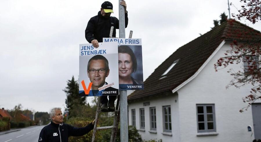 Kommunalvalg 2013 valgplakater sættes op af venstrefolk i Kirke Eskilstup på Midtsjælland