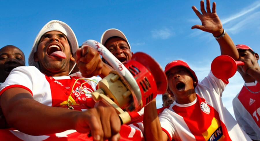 """Ingen kender """"Diski-Dance"""" - endnu. Men måske har de sydafrikanske opfindere fundet inspiration hos disse feststemte fodboldentusiaster."""