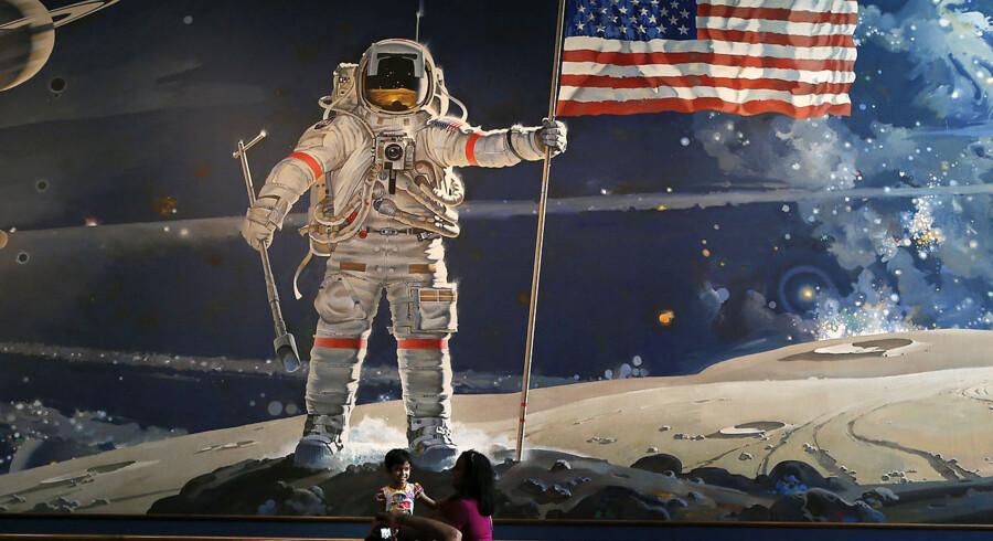 Besøgende tager billeder på museet The Smithsonian i Washington DC. Neil Armstrong døde 25. august i en alder af 82.