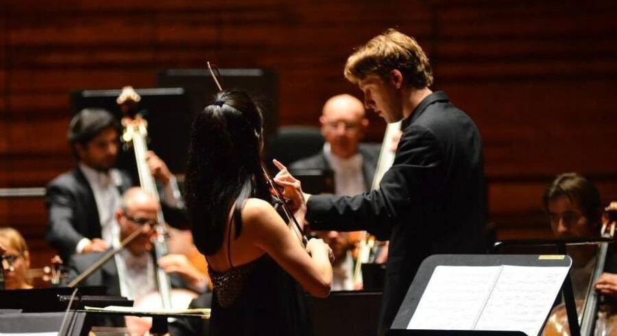 Der var fart på da Joshua Weilerstein, og japanske Akiko Suwanai mødtes til torsdagskoncerten i DR Koncerthuset. Foto. Søren Johan Krabbe
