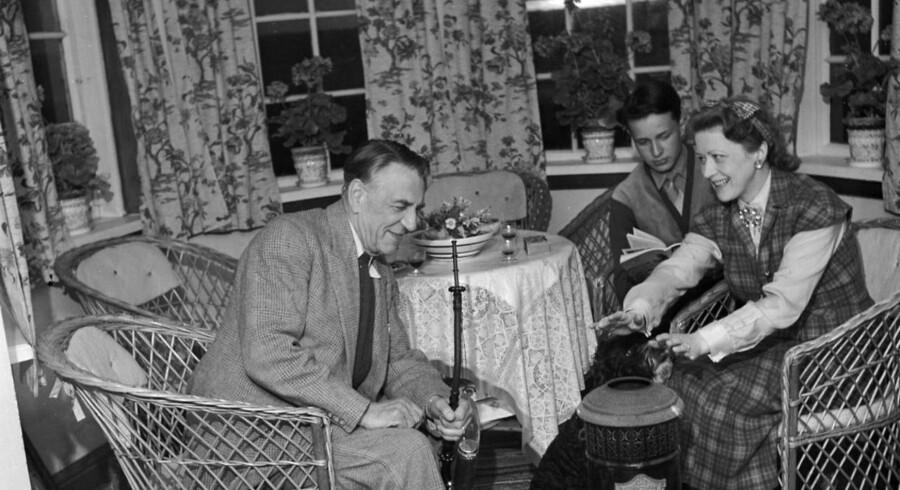 Billed-Bladet tog i slutningen af juli 1951 rundt i landet for at vise, hvordan de populære kunstnere tilbragte sommerferien. Her Poul Reumert, sønnen Torsten samt Anna Borg, der tændet pertroleumsovnen i familiens hus ved Kandestederne.