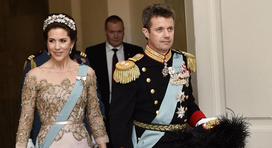 Dronning Margrethe fejres ved en middag for det officielle Danmark på Christiansborg Slot i anledning af 75-årsdagen. Her ankommer kronprinsparret.