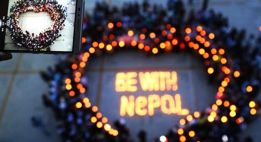 Kinesiske studerende er samlet for at bede for ofrene i Nepal.