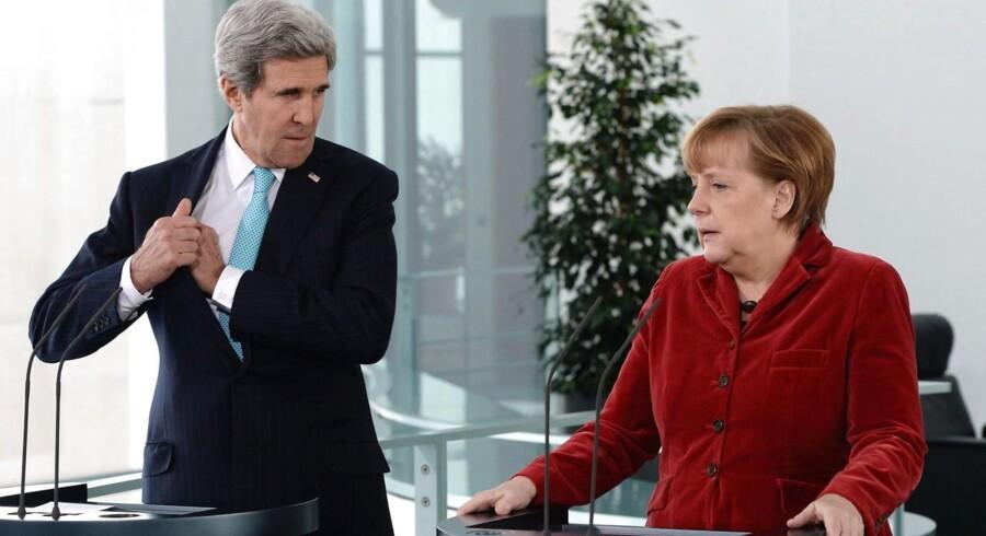 Den tyske kansler, Angela Merkel, og USAs udenrigsminister, John Kerry.