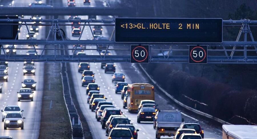 ARKIVFOTO: Vejdirektoratet forventer heftig trafik på vejene onsdag eftermiddag, når danskerne får fyraften og mange drager på Kristi himmelfartsferie.
