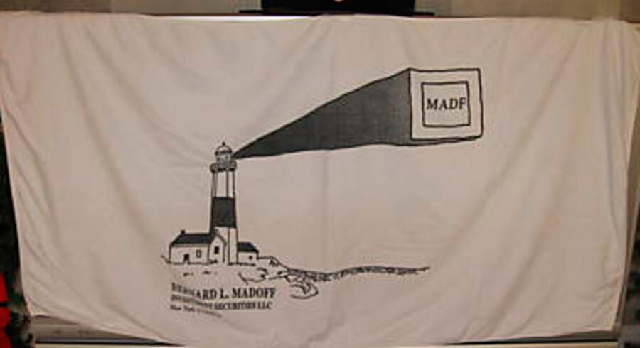 Dette sjældne badehåndklæde med ægte Madoff-logo kan købes for 26 dollars på Internet-auktionen eBay. Dog kommer der 10 dollars oven i prisen til forsendelse. Foto fra eBay