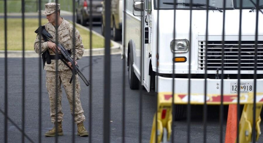 En vagt holder opsyn ved den militærbase i Washington D. C., hvor mindst fire personer har mistet livet i et skyderi.