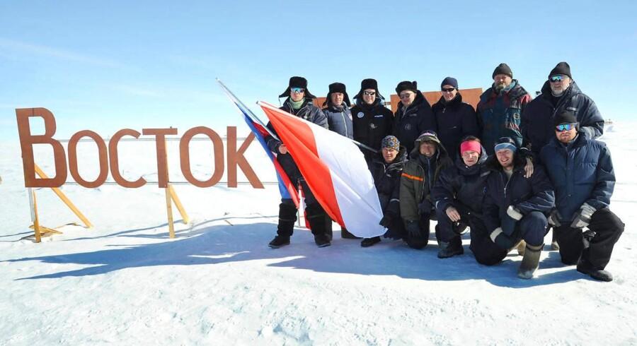 I 2009 besøgte Fyrst Albert af Monaco (tredje fra venstre) den russiske forskningsstation Vostoknær sydpolen og poserede med forskerme, der nu menes at have boret i gennem til verdens største subglacialesø.