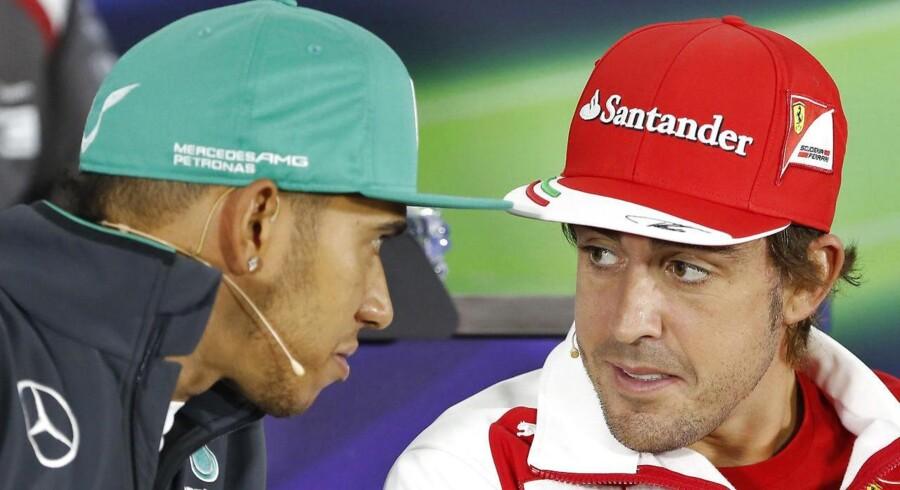 Fernando Alonso (th) og Lewis Hamilton (tv) er Formel 1-feltets bedst lønnede chauffører.
