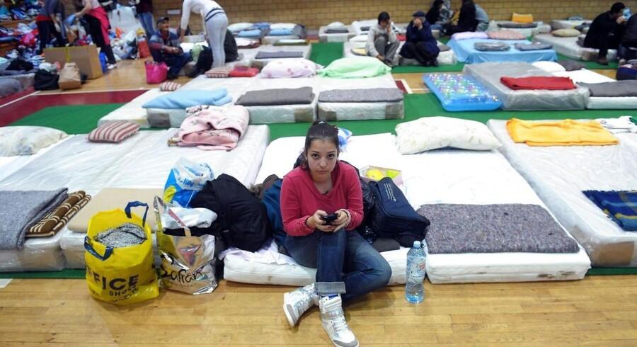 En pige sidder på en madras i et center for evakuerede mennesker fra den oversvømmede serbiske by Obrenovac. Over 30 mennesker er omkommet i oversvømmelserne i Serbien og Bosnien.