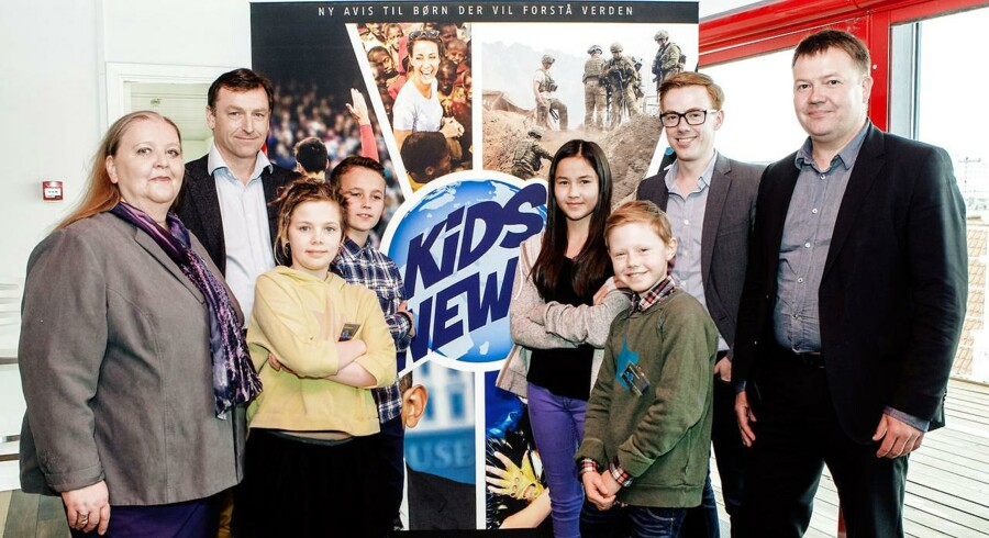 Berlingskes chefredaktion, Lisbeth Knudsen, Jens Grund, og Tom Jensen samt redaktør Jonas Christoffersen præsenterer den nye børnenyhedsavis Kids News sammen med fire børnerapportere.
