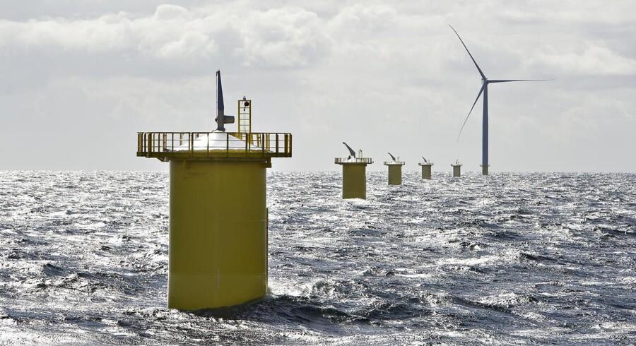 Her ses den første havvindmølle af 111 ved Anholt, som er PensionDanmarks hidtil største investering på 400 megawatt.