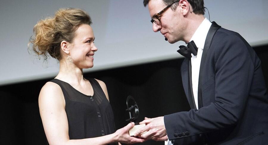 Robertprisen for Årets kvindelige hovedrolle gik til Helle Fagralid for hendes præstation i Nils Malmros-filmen »Sorg og glæde«. Mads Mikkelsen vandt Årets mandlige hovedrolle for »Jagten«, men var ikke til stede til at modtage prisen.