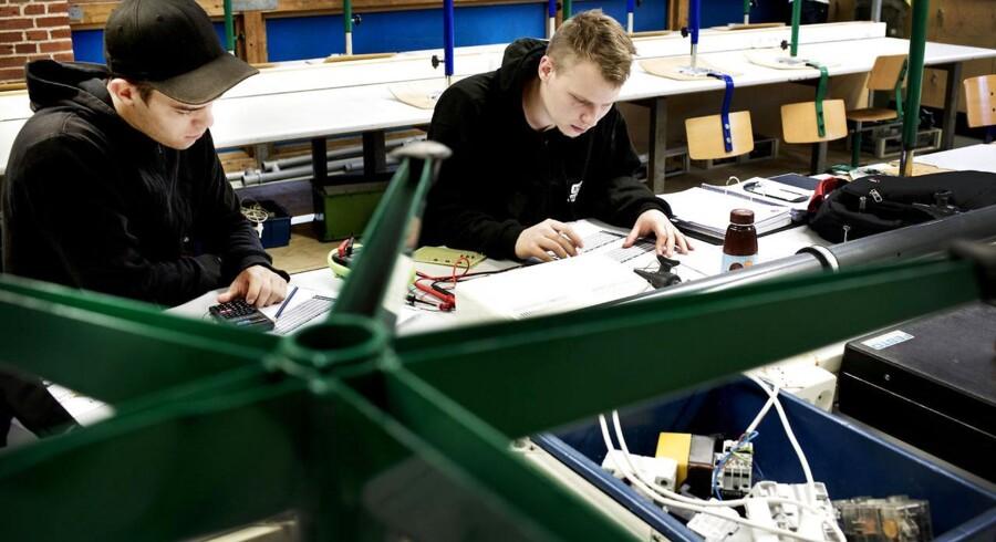 Regeringens store politiske reform af landets erhvervsuddannelser bliver modtaget med klar opbakning fra arbejdsmarkedets parter. Her ses elektriker-elever på erhvervsskolen Cph West.