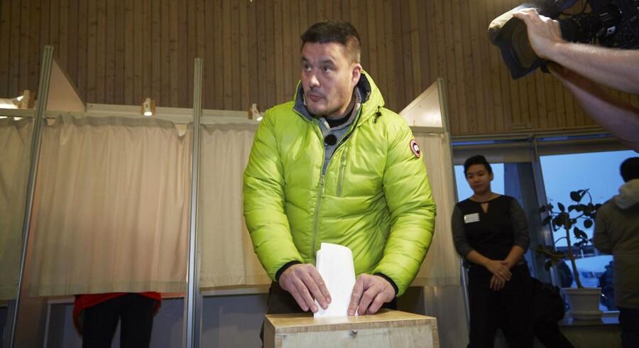 Siumuts partileder, Kim Kielsen, afleverer sin stemme til landsstyrevalget fredag.