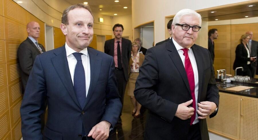 Den tyske udenrigsminister Frank-Walter Steinmeier (th.) sammen med sin danske kollega, udenrigsminister Martin Lidegaard på vej gennem Københavns Lufthavn tirsdag.