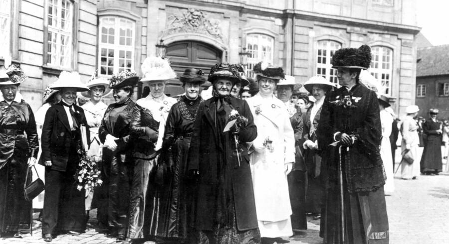 Kvindeoptoget takkede kongen for, at kvinderne havde opnået valgret. Kvinden med blomsterbuketten er Jutta Bojsen-Møller, den kendte højskolekvinde og kvindesagsforkæmper, »Moder Jutta«.