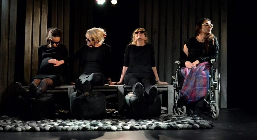 Søstersolidaritet: Laura Müller, Jannie Faurschou, Rikke Wölck og Karen-Lise Mynster i »Jeg hedder Bente«. Foto: Rolf Søborg Hansen.