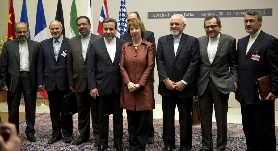 Repræsentanter for de aftaleindgående lande - fra EU er der Catherine Ashton - poserer for verdenspressen.