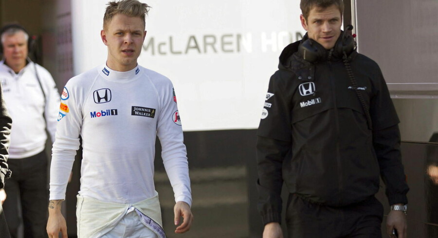 epa04641554 Danish Formula One driver Kevin Magnussen (L), of McLaren Honda, during the pre-season testings at the Montmelo racetrack in Barcelona, northeastern Spain, 28 February 2015. EPA/ALEJANDRO GARCIA