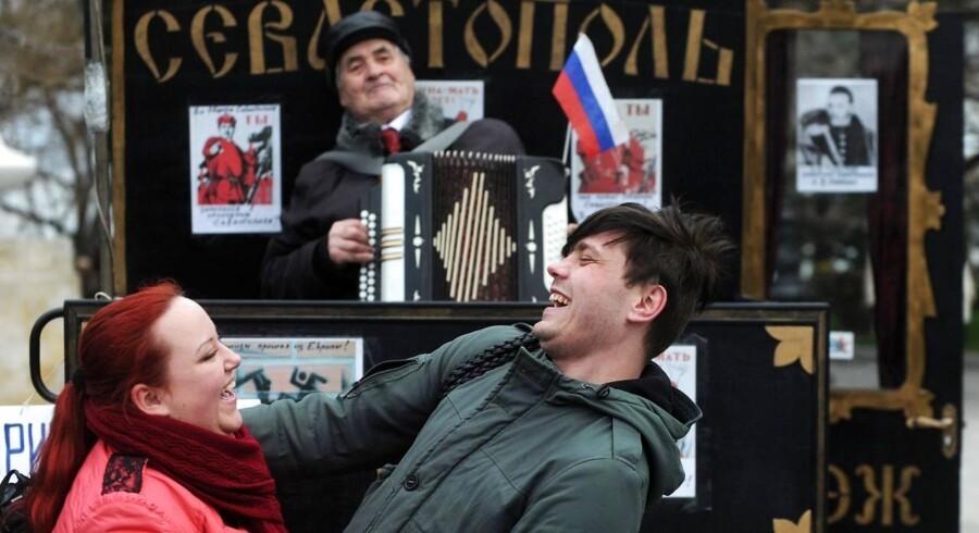 To Krim-beboere glæder sig tilsyneladende over udsigten til at blive en del af Rusland. Investorerne er også i godt humør. Vesten har indført sanktioner mod Rusland, der dog indtil videre har meget begrænset skadeeffekt på global økonomi.