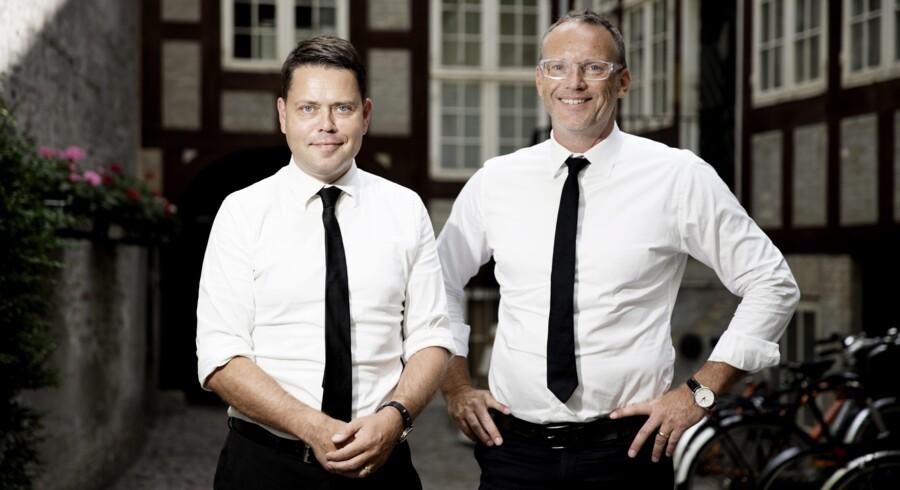 Påklædningen er velvalgt. Hvid skjorte og slips er vel det nærmeste, man kommer konsulentfarver, mener Claus Juhl (til højre), som er fotograferet sammen med Christian Husted i »Struensee Gård«. Foto: Erik Refner