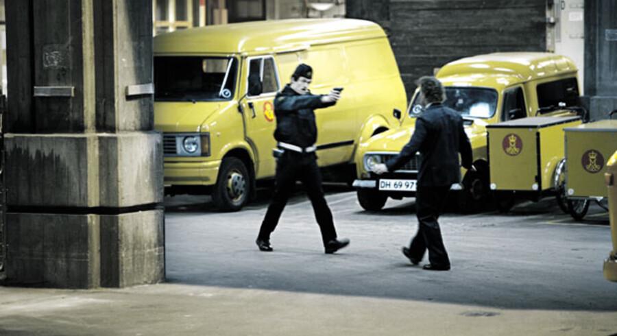 Røveriet på postkontoret i Købemagergade, hvor medlemmer af Blekingegadebanden var forklædt som politifolk, er rekonstrueret i filmen.
