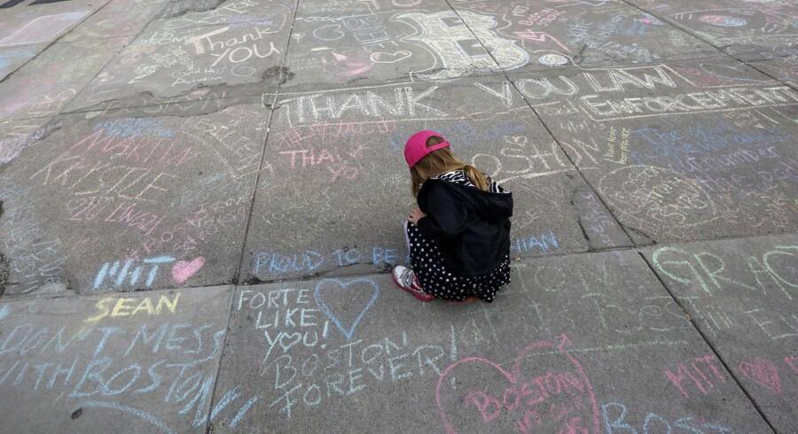 I USA er befolkningen endnu en gang rykket tættere sammen efter et terrorangreb. Fire år gamle Jane Cosmas er en af de mange amerikanere, der har skrevet små beskeder til minde om ofrene på fortovet og asfalten i Newbury Street, der støder op til det område, hvor de to bomber eksploderede under Boston Marathon.