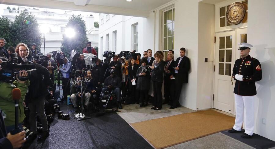 Pressefolk venter foran Det Hvide Hus i Washington efter et møde torsdag aften, dansk tid, mellem republikanernes John Boehner og præsident Barack Obama. Imens venter resten af verden i spænding på en løsning af gældsloftkrisen.