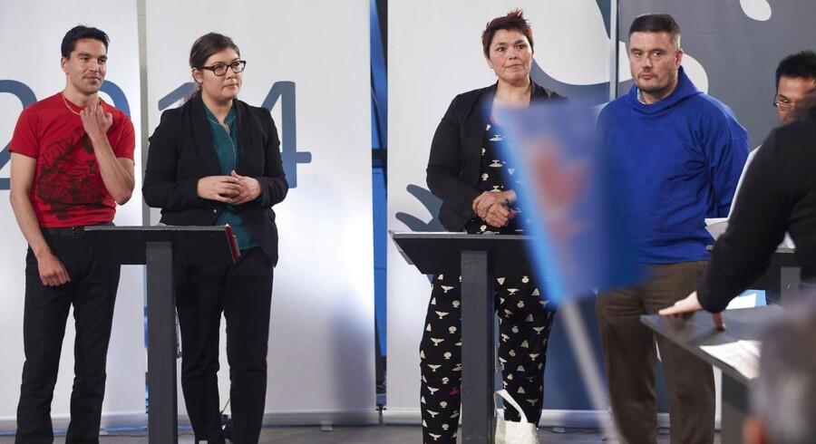 Det sidste valgmøde inden det grønlandske landstingsvalg på fredag blev holdt i Nuuk i aftes. For en måned siden stod Sara Olsvig fra IA (nr. to fra venstre) som favorit til at blive ny landsstyreformand. Men siden Kim Kielsen (th.) for en måned siden blev ny formand for Siumut, har han halet kraftigt ind på hende og venstrefløjspartiet IA. De øvrige på billedet er Aqqaluaq B. Egede fra IA (tv.) og Mette Rasmussen fra Siumut (nr. to fra højre). Foto: Ulrik Bang