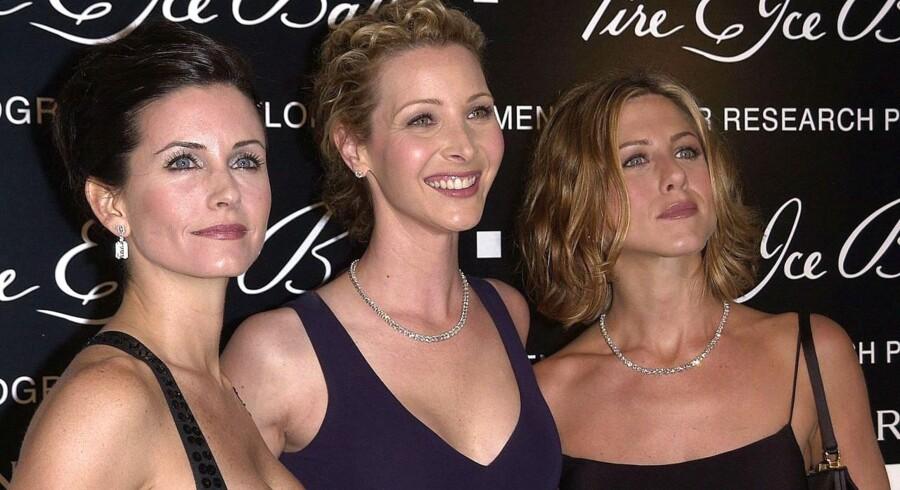 Courtney Cox Arquette (venstre), Lisa Kudrow (midten) og Jennifer Aniston spillede halvdelen af hovedrollerne i komedieserien »Friends«