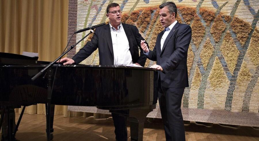 Handels- og udviklingsminister Mogens Jensen og USAs ambassadør i Danmark Rufus Gifford til fællessang på Silkeborg Højskole.