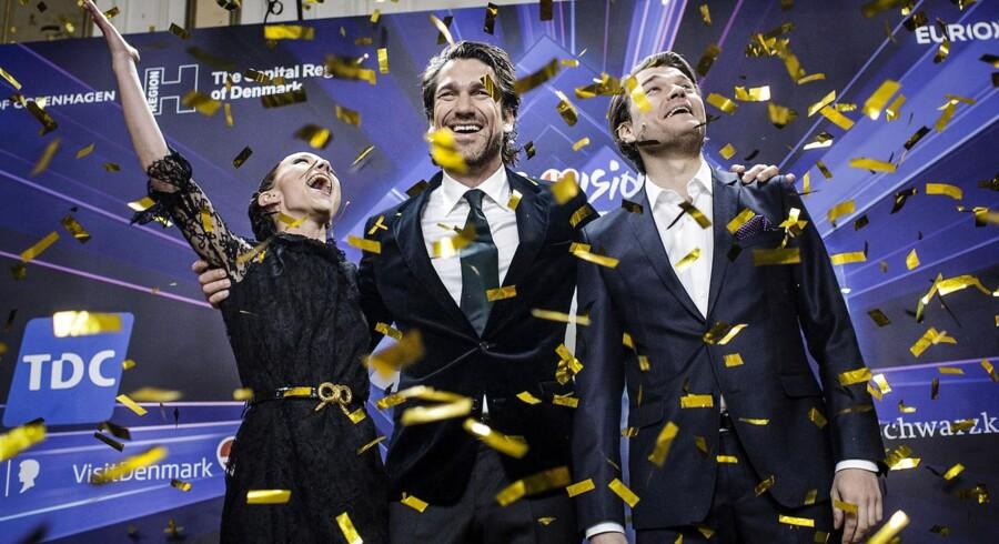Værterne til årets Eurovision Song Contest er Lise Rønne, Nikolaj Koppel (midterst) og Pilou Asbæk. Alle, der har købt billetter til at se dem sige »Good Evening, Europe« vil modtage en ny billet.