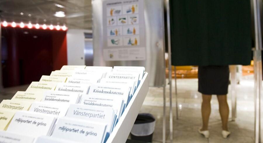 Stemmesedler i stemmelokalet. Fra riksdagsvalget 2010. Foto: Jonathan Nackstrand/AFP