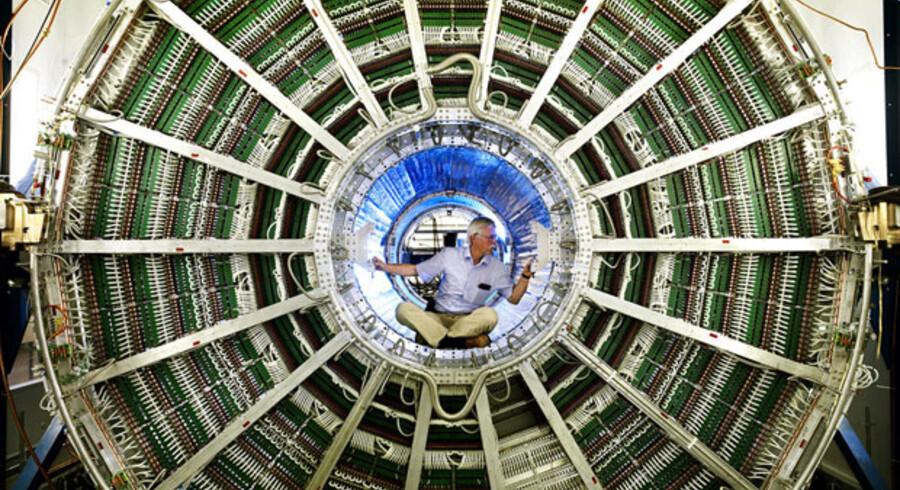 Den kæmpemæssige partikelaccelerator LHC har endnu ikke formået at løse gåden om skabelsen af Universet.