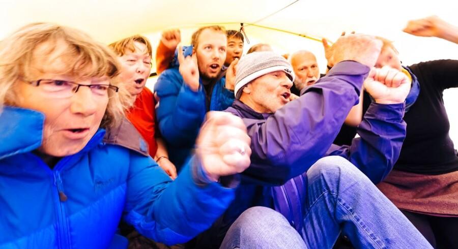 74 mennesker venter stadig på at blive evakueret fra et russisk ekspeditionsskib, der er frosset fast i cirka tre meter tyk is ved Antarktis. Her fejrer de nytår.