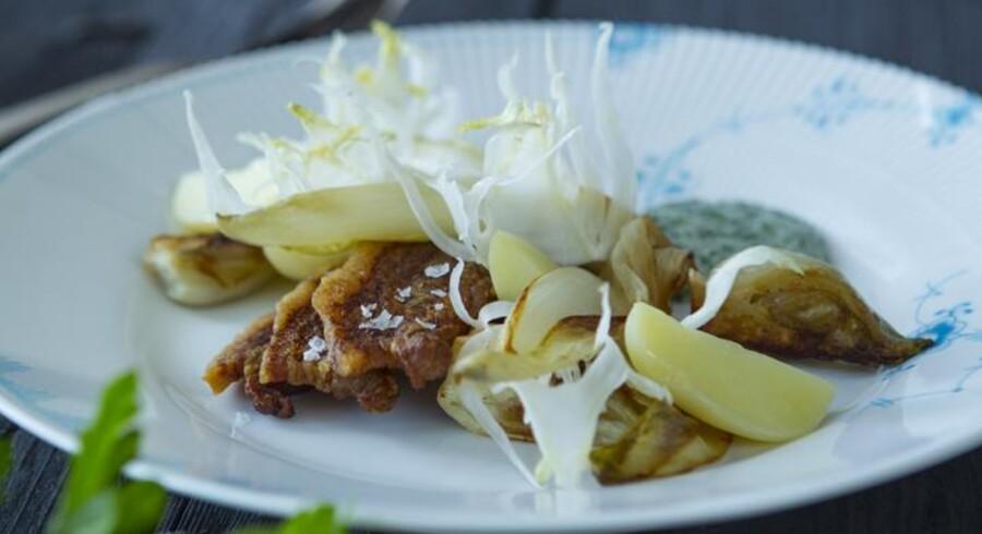 I kok Ninna Bundgaards version af stegt flæsk på hjemmesiden om nationalretten er flæsket og kartoflerne moderniseret med glaseret fennikel og endivie, som samtidig flytter retten over i en rent ernæringsmæssig mere spiselig version.