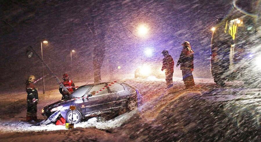 En personbil er kørt galt i glat føre ved Tølløse på Sjælland, søndag aften den 28. december 2014. DMI varsler om risiko for glat føre og mulighed for op mod 10 centimeter sne lokalt natten til mandag.