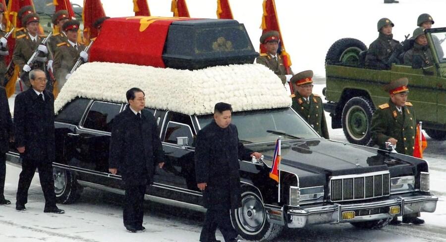 Ved begravelsen 28. december 2011 af Nordkoreas afdøde leder, Kim Jong-il, blev kisten fulgt af landets absolutte top med Nordkorea nye leder, sønnen Kim Jong-Un og hans onkel Jang Song-Thaek forrest til venstre. Herudover deltog seks andre prominente. Her halvandet år efter er de fire degraderet eller helt fjernet.