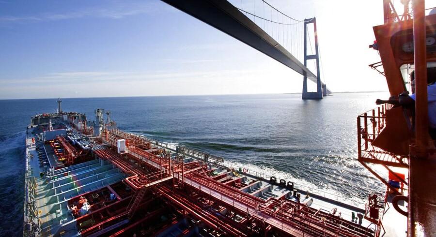 Torm-skib passerer Storebæltsbroen