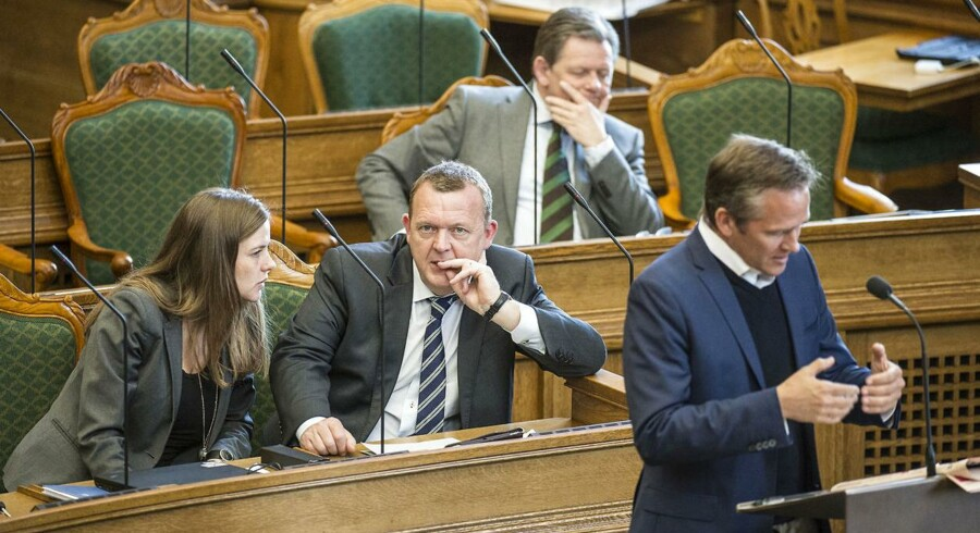 ARKIVFOTO. K, LA og DF holder fast i, at deres statsministerkandidat hedder Lars Løkke Rasmussen, men nervøsiteten breder sig efter ny chokmåling sender flere vælgere over til rød blok, vurderer Jesper Termansen, politisk redaktør på Radio24syv. Her er det Lars Løkke Rasmussen (V) og Ellen Trane Nørby, Anders Samuelsen (LA) og Lars Barfoed (K) under spørgetime i Folketinget.